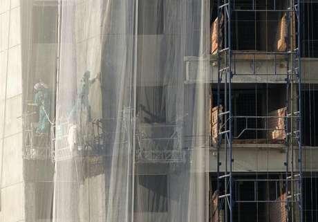 Trabalhadores vistos em um prédio em construção em São Paulo. O estoque pronto de imóveis da Cyrela Brazil Realty não deve baixar no curto prazo, e a margem das vendas destes empreendimentos, normalmente mais baixas, serão compensadas pelos novos lançamentos. 02/06/2011