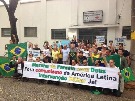 <p>Cerca de 100 pessoas fizeram um ato pedindo a volta dos militares ao poder na tarde deste sábado, na região central de Belo Horizonte</p>