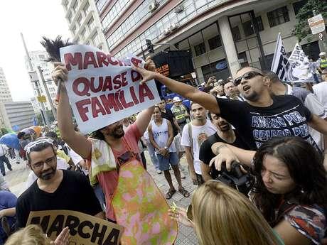 <p>Manifestantes também se irritaram com dois rapazes vestidos como mulheres e com cartazes com as mensagens Marchinha quase da família e Marcha praticamente da família</p>