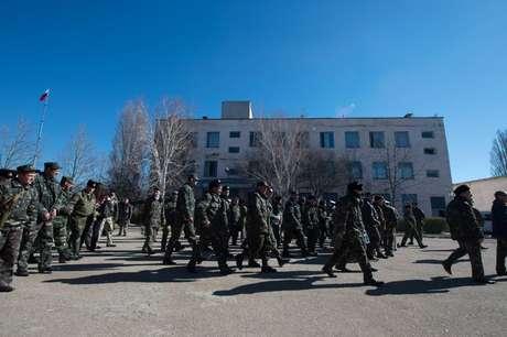 Soldados ucranianos deixam base aérea na Crimeia após invasão de forças pró-Rússia