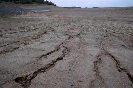 <p><strong>Estados Unidos, 1994</strong> <strong>até os dias atuais -</strong>há 20 anos os estados do Alabama, Flórida e Geórgia, nos Estados Unidos, disputam os direitos pelas águas que abastecem a região. Já se fala em guerra de água, especialmente depois de 2007, quando uma seca intensificou a tensão</p>