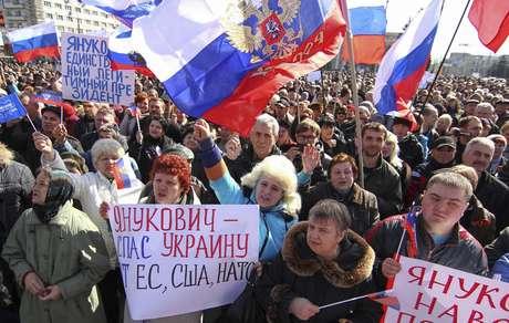Manifestantes pró-Moscou lotaram as ruas da cidade de Donetsk, neste sábado 22 de março
