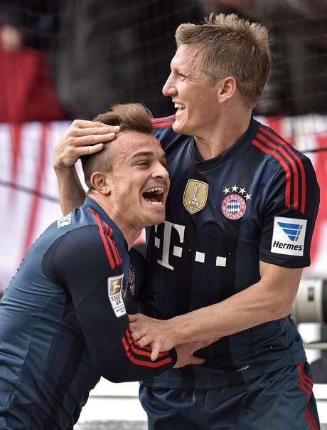 Shaqiri celebra com Schweinsteiger (direita) após gol salvador