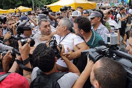 """<p>Manifestante foi cercado e chamado de """"comunista"""" e """"petista"""" durante o evento</p>"""