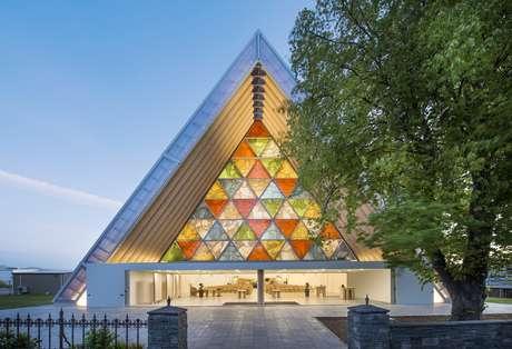 <p>Com linhas elegantes e usando materiais inusitados, como papel, o japonês Shigeru Ban recebeu o Prêmio Pritzker de 2014, considerado o Nobel da arquitetura. Uma de suas obras mais impressionantes é esta catedral, feita com tubos de papelão</p>