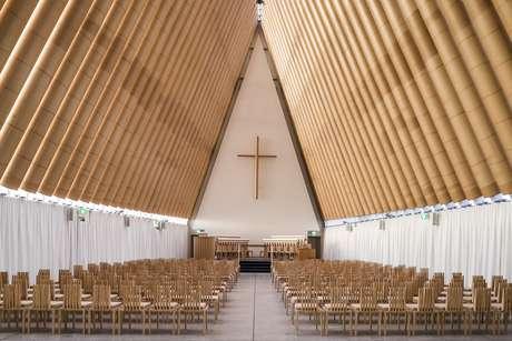 <p>Depois do terremoto que devastou a cidade de Christchurch, na Nova Zelândia, Ban construiu abrigos temporários e até uma catedral com tubos de papelão</p>