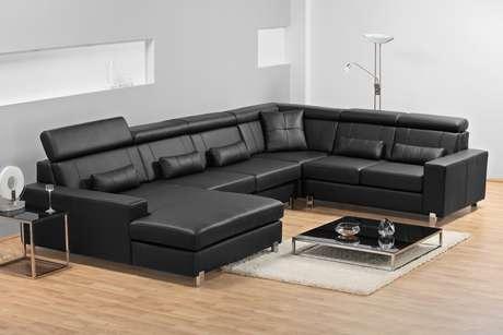 Sofá de couro preto deixa qualquer ambiente chique; confira