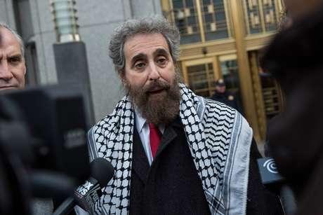 <p>Stanley L. Cohen, advogado que representa o genro de Osama Bin Laden, Sulaiman Abu Ghaith, fala aos jornalistas, do lado de fora do tribunal federal, em 24 de março, em Nova York</p>