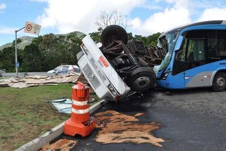 Ônibus e caminhão bateram na avenida das Américas
