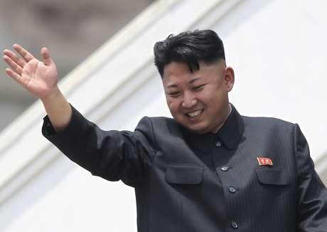 <p>Kin Jong Un recomendou que os norte-coreanos cortem seus cabelos a cada 15 dias. Na foto, o líderacena para veteranos durante um desfile militarem julho de 2013</p>