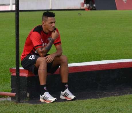 Novo reforço, Wágner Carioca observa treino no CCT do Urias Magalhães