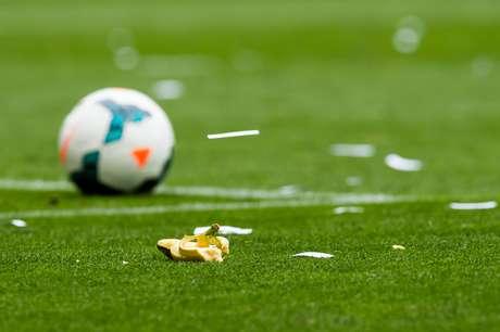 Banana foi arremessada no gramado de Espanyol x Barcelona
