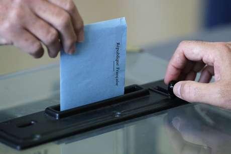 <p>Cidad&atilde;o franc&ecirc;s deposita seu voto na urna, no segundo turno das elei&ccedil;&otilde;es municipais em Nantes, neste domingo, 30 de mar&ccedil;o</p>