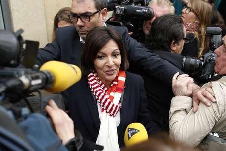 <p>Anne Hidalgo, candidata vitoriosado Partido Socialistana eleição para prefeito, é cercadapor jornalistas ao chegar nasede de seu comitê, durante o segundo turno das eleições municipais, em Paris, neste domingo,30 de março</p><p></p>