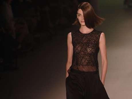<p>Transparência com folhas desenhadas na proposta apresentada pela Iódice no Fashion Rio de 2013: grife vai pular a próxima edição</p>
