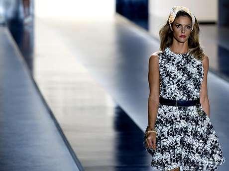 <p>Fernanda Lima desfilou look em preto e branco para a Forum</p>