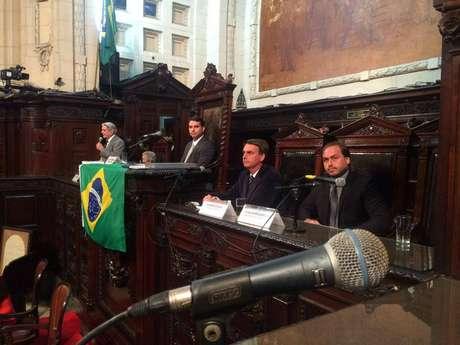 <p>Deputado Fl&aacute;vio Bolsonaro (PP) presidia sess&atilde;o ao lado do pai, o deputado federal Jair Bolsonaro (PP-RJ), e do irm&atilde;o, o vereador Carlos Bolsonaro (PP)</p>