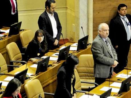 Camila Vallejo durante el minuto de silencio a Jaime Guzmán en el Congreso