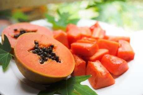 Boa fonte de betacaroteno e vitamina A, o mamão tem um importante papel no prolongamento do bronzeado. No dia a dia, vale a pena consumir um exemplar de tamanho médio ou picado, numa quantidade inferior a um prato de sobremesa