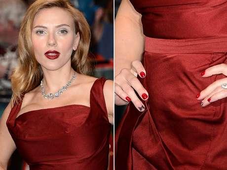 <p>Scarlett Johansson exibiu unhas na cor vermelha, enquanto as dos dedos anelares contavam com nail art</p>