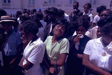 <p>Haitianos choram a morte do presidente Papa Doc,em abril de 1971. Até hoje o líder haitiano é amado e odiado</p>