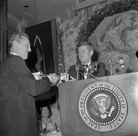 <p>Entre os prêmios e honrarias recebidas pelo professor, um especial foi entregue pelas mãos do presidente americanoJohn F. Kennedy em 1962</p>