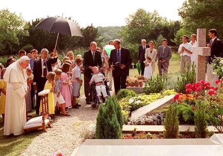<p>O Papa João Paulo II visitou em 1997o túmulo do professor Lejeune, que morreu em 1994. O cientistadescobridor da trissomia 21 foioponente doaborto e ativista da Igreja</p>