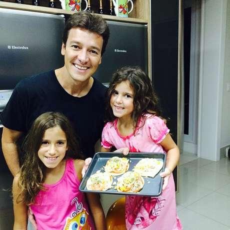 Na casa de Vera e Rodrigo, as meninas são estimuladas a experimentar novas receitas e a ajudar na cozinha