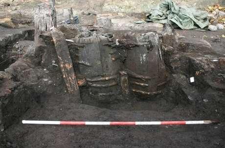 """Barris que serviam de latrina em cidade medieval são encontrados com conteúdo """"conservado"""""""