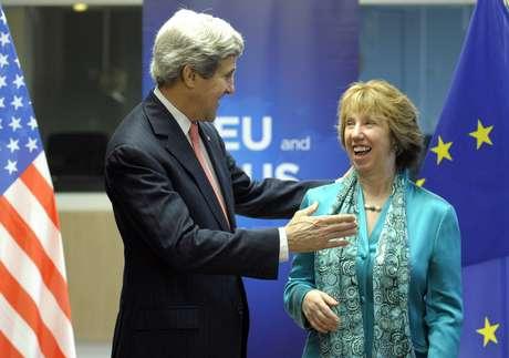 O Secretário de Estado americano, John Kerry, e a a chefe do serviço exterior europeu, Catherine Ashton em 2 de abril