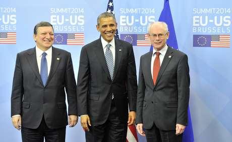 O Presidente do Conselho da UE, Herman Van Rompuy (direita) e o presidente da Comissão Européia, José Manuel Barroso (esquerda) cumprimentam o presidente dos EUA, Barack Obama (centro) antes do início da cúpula UE-EUA, na sede da UE em Bruxelas, em 26 de março