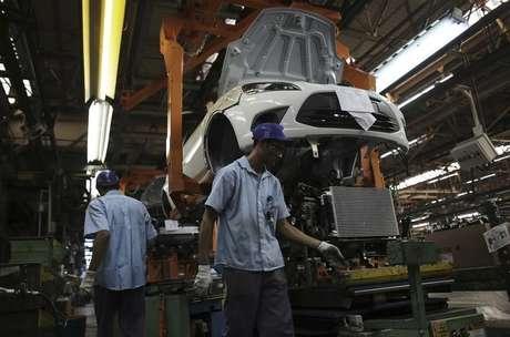 <p>A produção brasileira de veículos caiu 8,4% no primeiro trimestre, pressionada por fracos resultados de março enquanto montadoras sentem efeito de um mercado interno retraído aliado com queda de exportações</p>