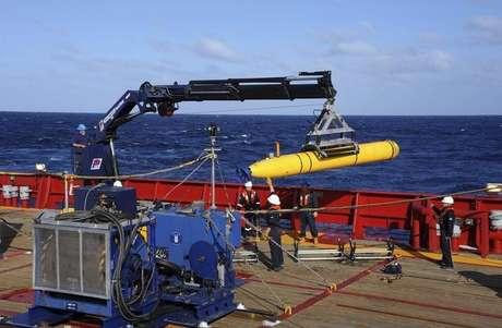Submarino é lançado nesta sexta-feira no sul do oceano índico pelas forças australianas para continuar as buscas pelo Boeing desaparecido. 04/04/2014