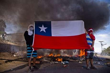 <p>Pobladores del sector Laguna Verde de Iquique protestan con barricadas por falta de ayuda a las personas que se encuentran con sus hogares inhabitables</p>