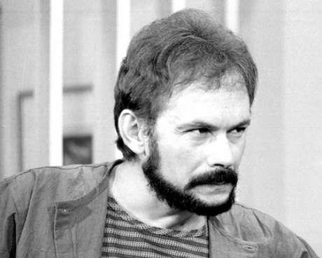 <p>José Wilker fallecióeste sábado a la mañana, víctima de un infarto fulminante, en su casa de Río de Janeiro.En esta foto, el actor en'Transas e Caretas', en1984</p>