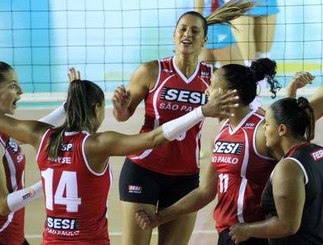 Sesi sofreu, mas fez valer o seu mando de quadra para avançar na Superliga e pegar o Molico/Osasco na semifinal