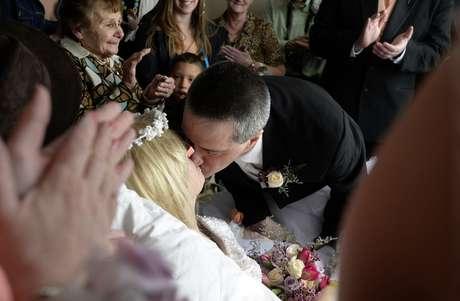 """<p>O vestido da noiva e as alianças foram doados. """"Eu não achei que isso iria acontecer . Eu tinha que casar com o homem dos meus sonhos"""", disse ela</p>"""