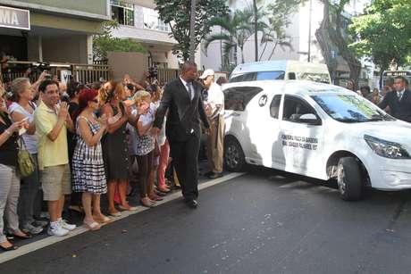 <p>Corpo do ator José Wilker deixa teatro Ipanema e segue para o Memorial do Carmo, onde acontece a cerimônia de cremação</p>