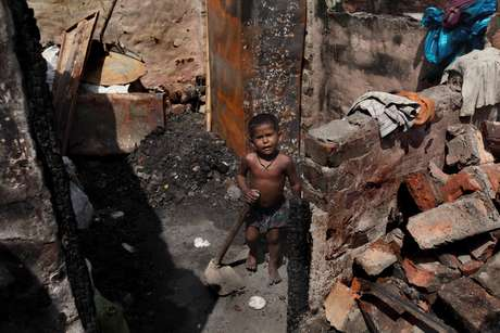 <p>Milhares de pessoas vivem na linha da pobreza na Índia, um país tem que se mostrado ser cada vez mais desigual</p>