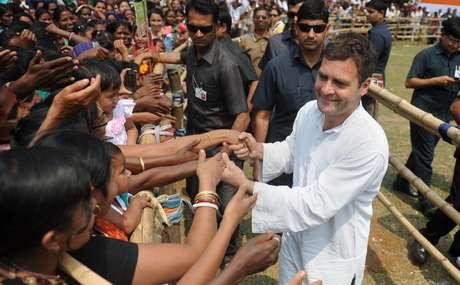 <p>Rahul Gandhi, vice-presidente do Partido do Congresso cumprimenta simpatizantes durante um comício eleitoraldos candidatos nomeados deseu partido em vários distritos da Índia,em 25 de março</p>