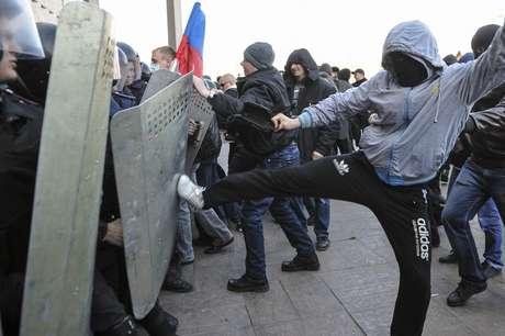 6 de abril: manifestantes pró-Rússia enfrentam a polícia em frente o prédio do governo em Donestsk