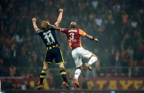 Felipe Melo foi expulso no clássico turco entre Galatasaray e Fenerbahce