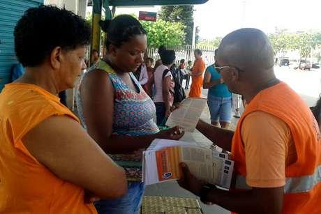 Agentes do DMLU fazem trabalho de orientação da população no bairro Restinga