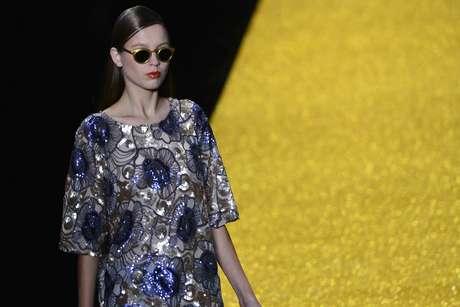 <p>Alessa fez o segundo desfile da noite desta terça-feira, na 25ª edição do Fashion Rio. Com coleção inspiradano barroco, a grife propôs um verão com macacões, vestidos amplos e saias godês trabalhados em tons de azul, rose, branco, preto e dourado</p>