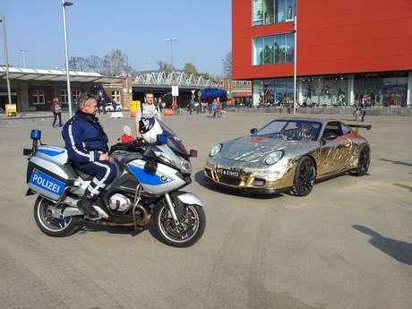 <p>Construído peloaustríaco Johannes Langeder, o veículo é uma espécie de esportivo do Fred Flinstone, já que é movido por pedais como uma bicicleta</p>