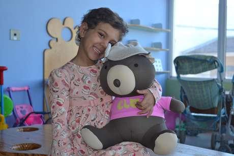 """A pequena Maria Eduarda Calobrizi, chamada de Duda pelos amigos do hospital, batizou o ursinho Elo de """"Juliana"""""""