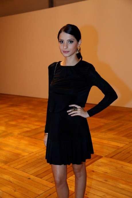 <p>Nos bastidores, atriz GiselleBatista aposta em saia soltinha e ombros</p>