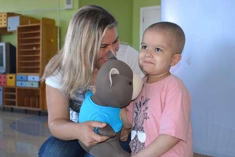 A mãe de Theo, Sabrina Vômero Teixeira Manzini, foi até a escola onde o filho estuda para gravar as mensagens dos amigos