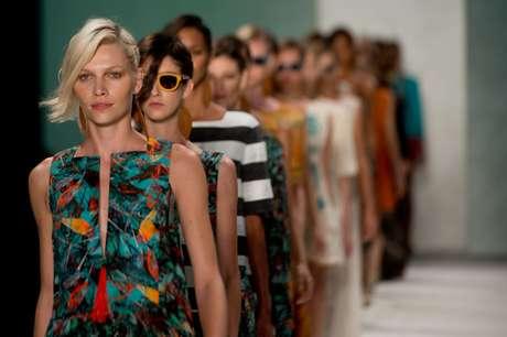 <p>Aline Weber desfila com look da linha de verão da Cantão</p>