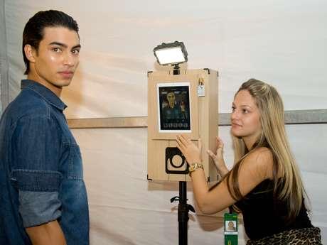 Nesta edição do Fashion Rio, câmeras fotográficas foram colocadas dentro dos camarins, para que as beldades posem como quiserem. Os cliques estão sendo publicados na rede social Instagram